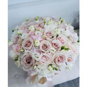 Aranjament in cutie cu flori pastel