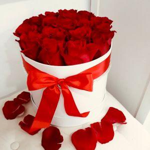 Aranjament floral in cutie cu trandafiri rosii