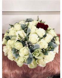 Aranjament in cutie  cu trandafiri albi si 1 rosu