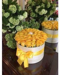 Aranjament in cutie cu trandafiri galbeni